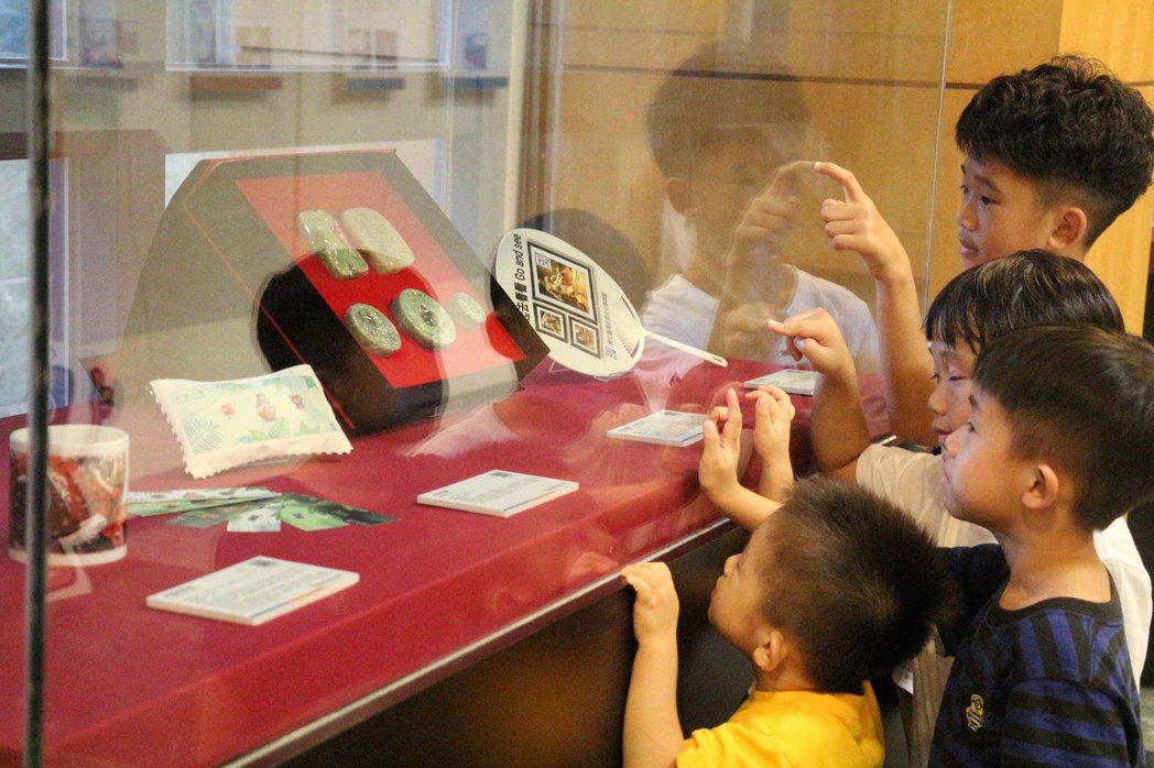 特色的史前文物文創商品吸引小朋友圍觀。記者李蕙君/攝影