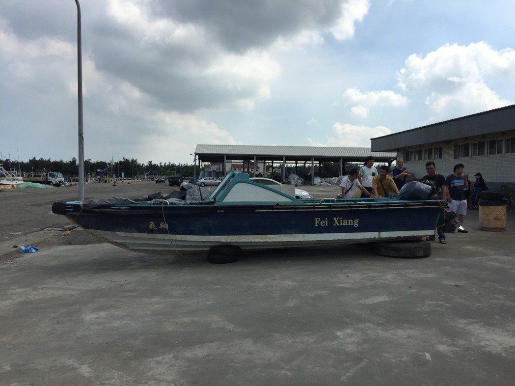 涉偷渡的舢舨船今天將在台中市清水區海岸資源漁業發展所拍賣,起標價為5萬元。圖/台...