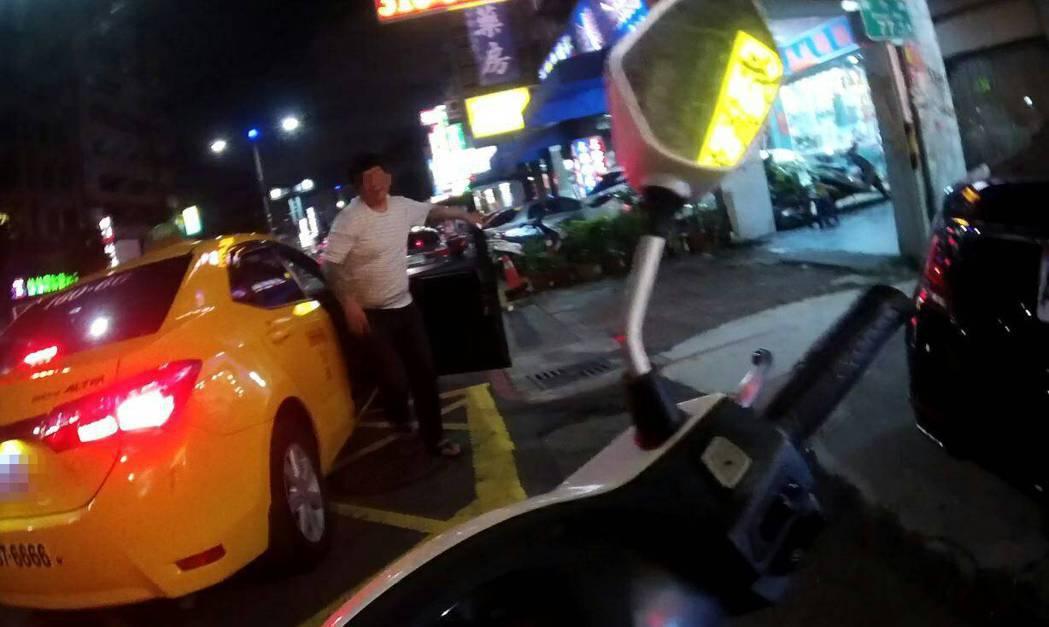 彭姓毒品通緝犯駕車肇事後棄車,搭計程車逃逸回鼎立路檳榔攤,被員警逮捕。記者黃宣翰...