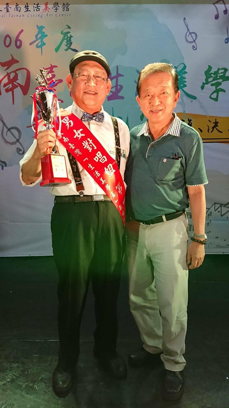 醫師吳建民(左)獲南台灣生活美學盃男女對唱總冠軍,與指導老師蘇中民合照。圖/李岱...