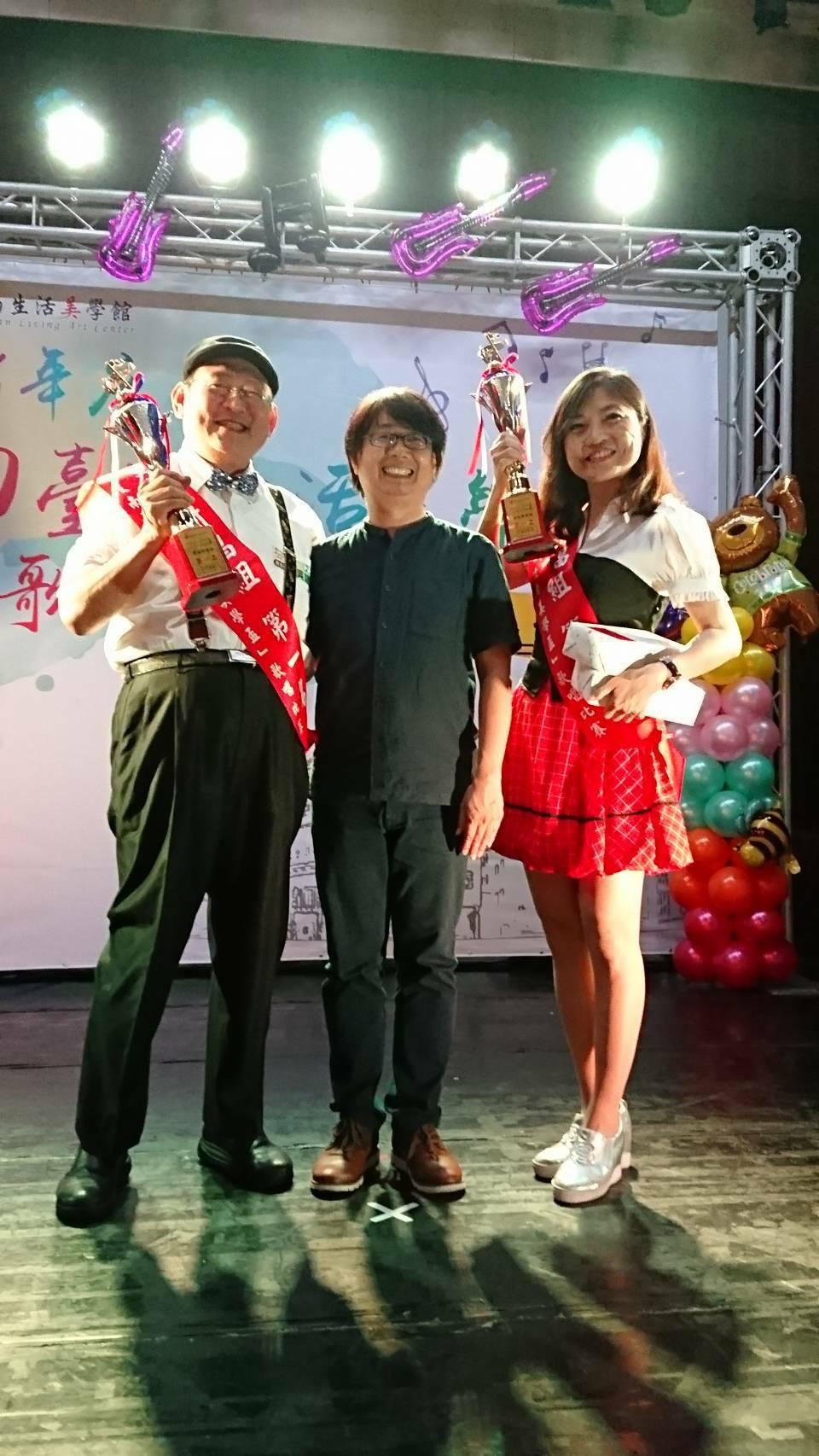 醫師吳建民(左)、李岱霖(右)獲南台灣生活美學盃男女對唱總冠軍,與台南生活美學館...