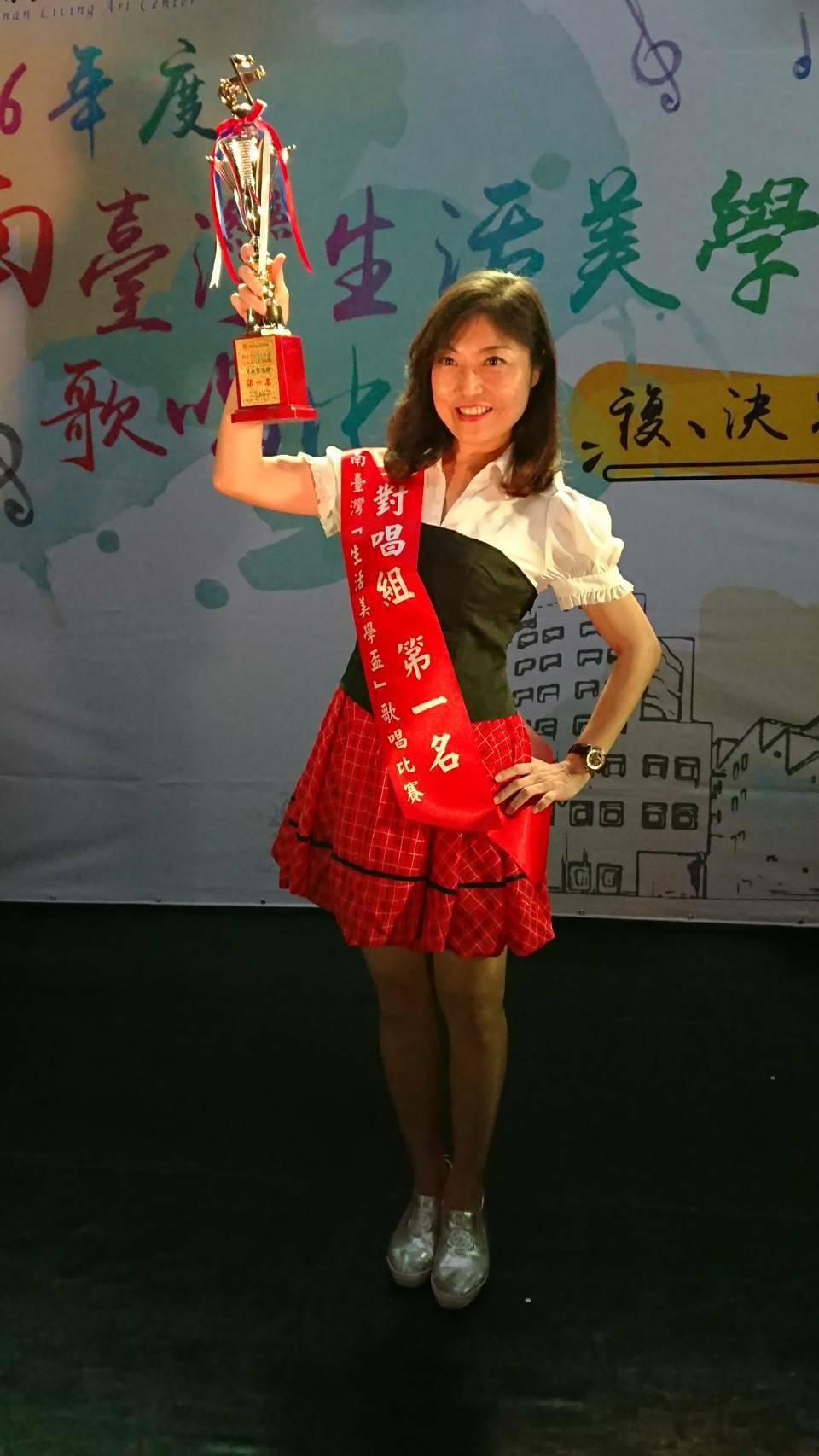 李岱霖獲南台灣生活美學盃男女對唱總冠軍。圖/李岱霖提供