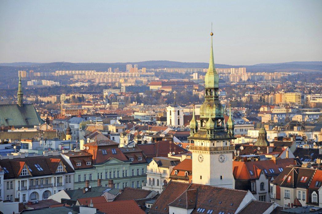 到捷克布爾諾旅遊,可以發現當地人喜歡聚集在聖雅各伯教堂附近,盡情暢飲啤酒。圖/B...