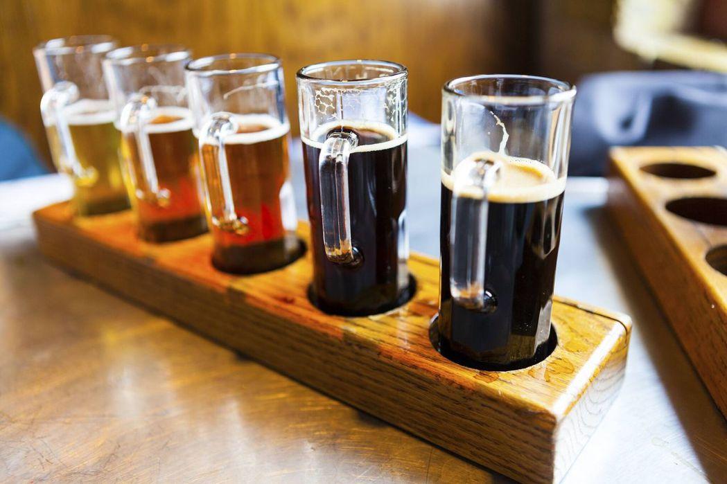 美國波特蘭號稱精釀啤酒之都,擁有許多酒廠以及豐富的酒吧文化。圖/Booking....