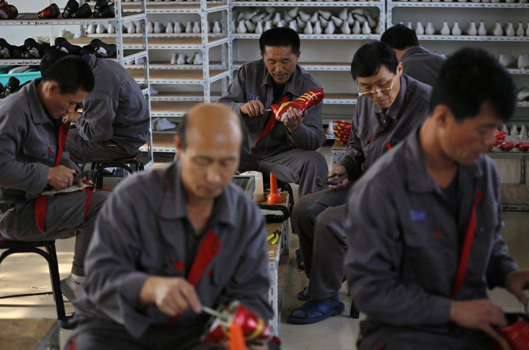 部分北韓勞工為大陸工廠所用,生產「中國製」產品出口全球。圖為北韓勞工在中國遼寧省...