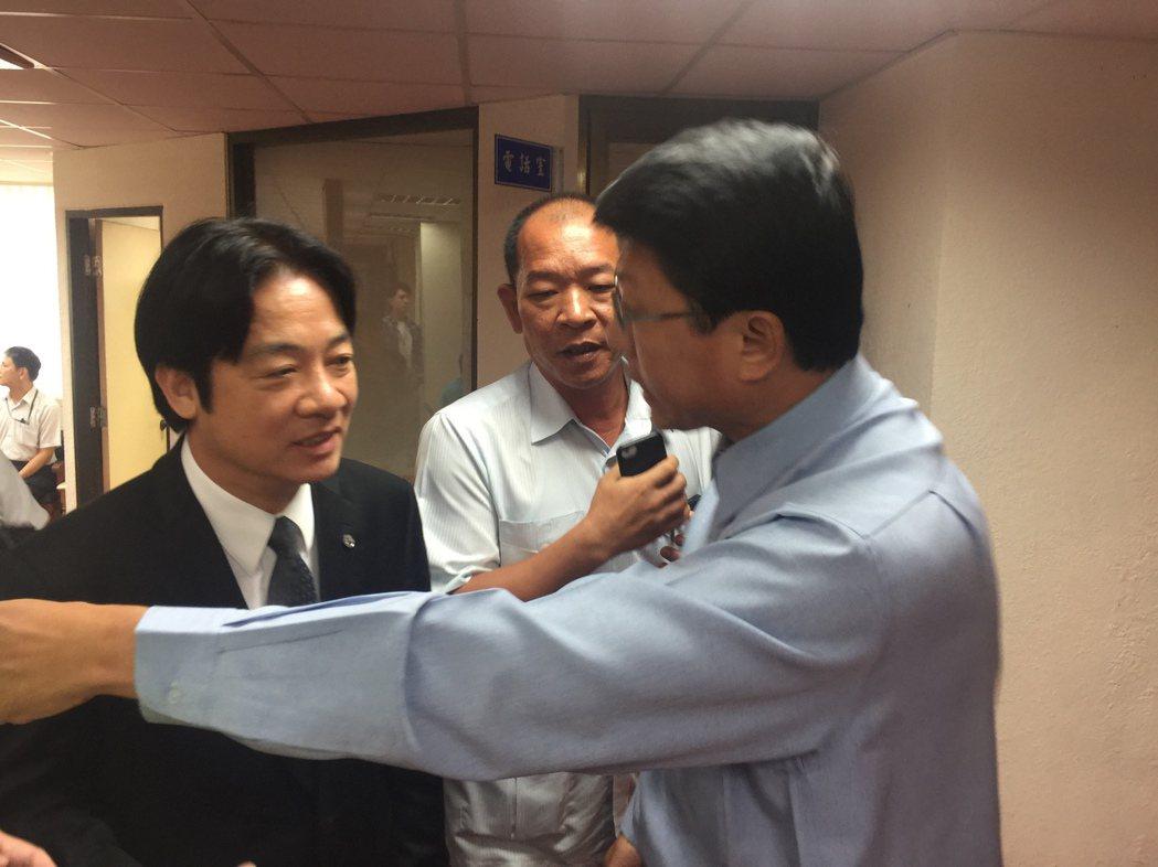 台南市議員謝龍介(右)擋住市長賴清德去向。記者吳政修/攝影