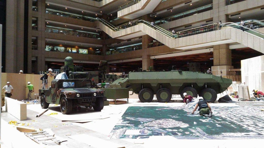 國防部軍備局209廠自行研發的「衍生型」雲豹裝甲車(右),將在本月份台北航太展亮...