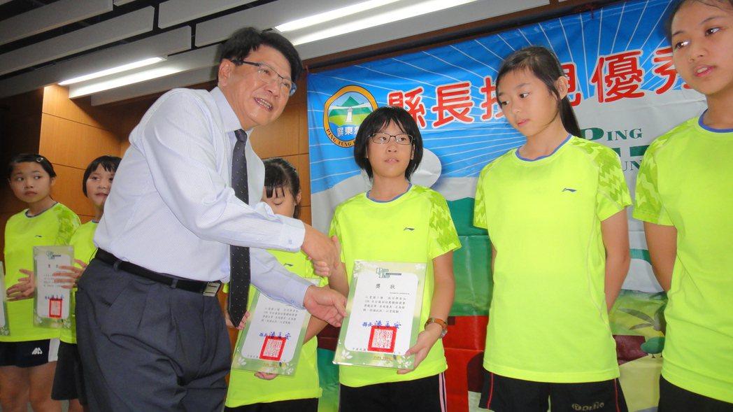 屏東縣長潘孟安親自表揚給仁愛國小羽球團隊的羽球小選手們。記者蔣繼平/攝影