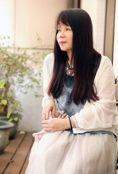 母親中風倒下後,鍾文音從作家變成照顧者,她說文學無法止痛,但可以安慰她的孤獨。...