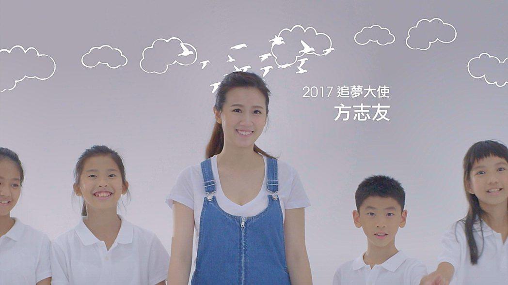 方志友(中)與小朋友們合作拍廣告。圖/先勢公關提供