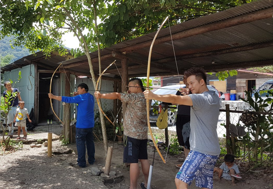 林則希拍完8點檔後,趁休假到處吃喝玩樂,和原住民朋友比賽射箭。圖/民視提供