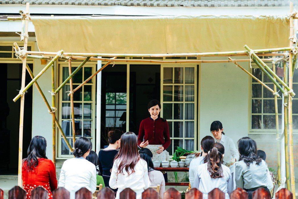 安心亞劇中傅培梅上身教做菜。圖/台視提供