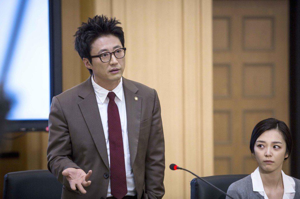 朴新陽演出「鄰家律師趙德浩」。圖/八大提供