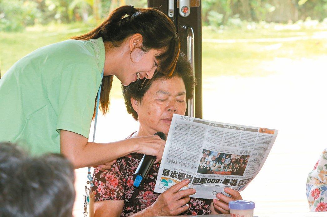 在長青元氣學堂,每天九點是晨間讀報時間,老人家輪流大聲讀報紙,分享看法。 記者黃...