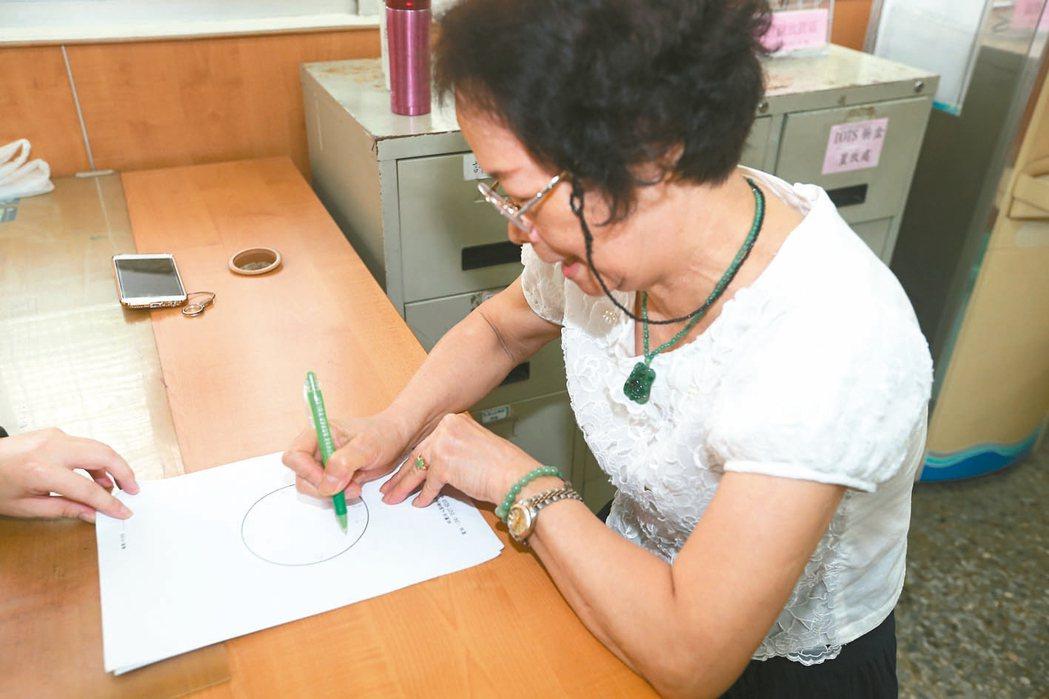 長青學堂與衛生所合作,衛生所醫師鼓勵就醫老人接受篩檢,在診間外由人引導畫時鐘,評...