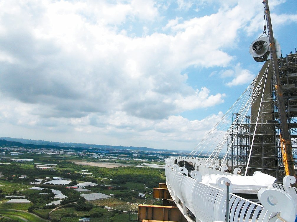 步道迴廊以偏心懸吊式打造,將鋼結構步道懸吊在半空中,登上步道可以鳥瞰大高雄地區。...