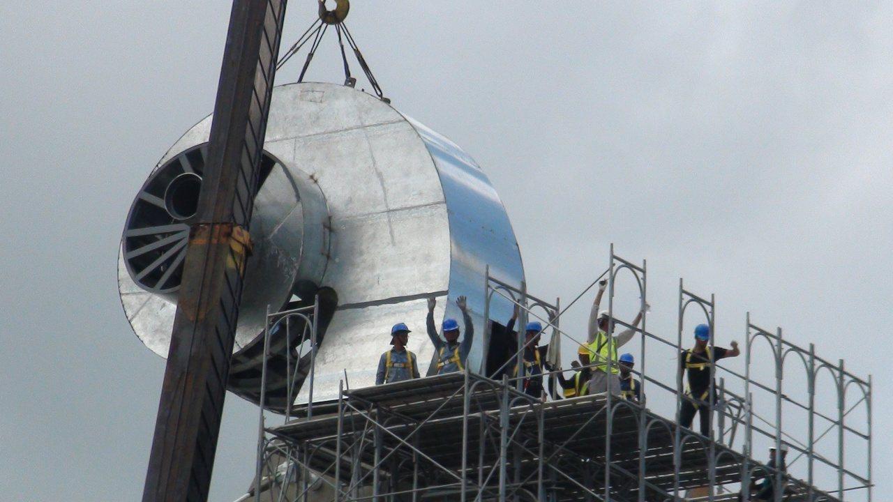 天空迴廊步道工程人員揮手表示順利完成主塔柱頭安座儀式。 記者謝梅芬/攝影