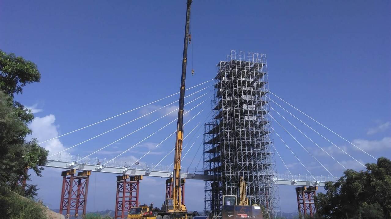 岡山之眼已近完工,今天上午進行主塔柱頭安座儀式。 記者謝梅芬/攝影