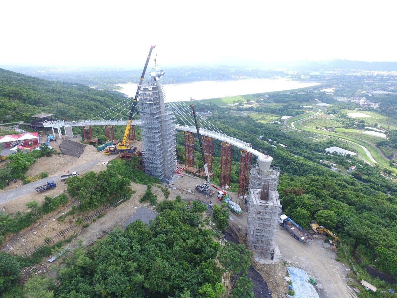 步道迴廊以偏心懸吊式打造,將鋼結構步道懸吊在半空中,完工後將成為岡山的新地標。 ...