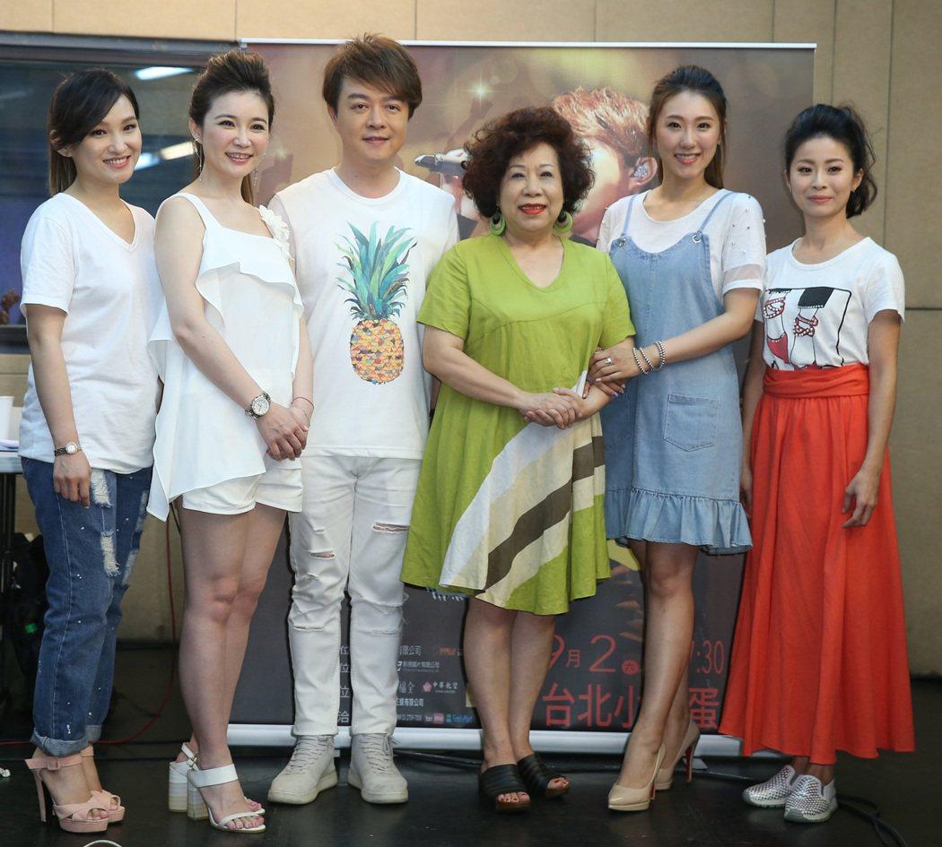 翁立友(左三)演唱會將於9月在小巨蛋舉行,15日進行練唱彩排,四位女歌手林良歡(