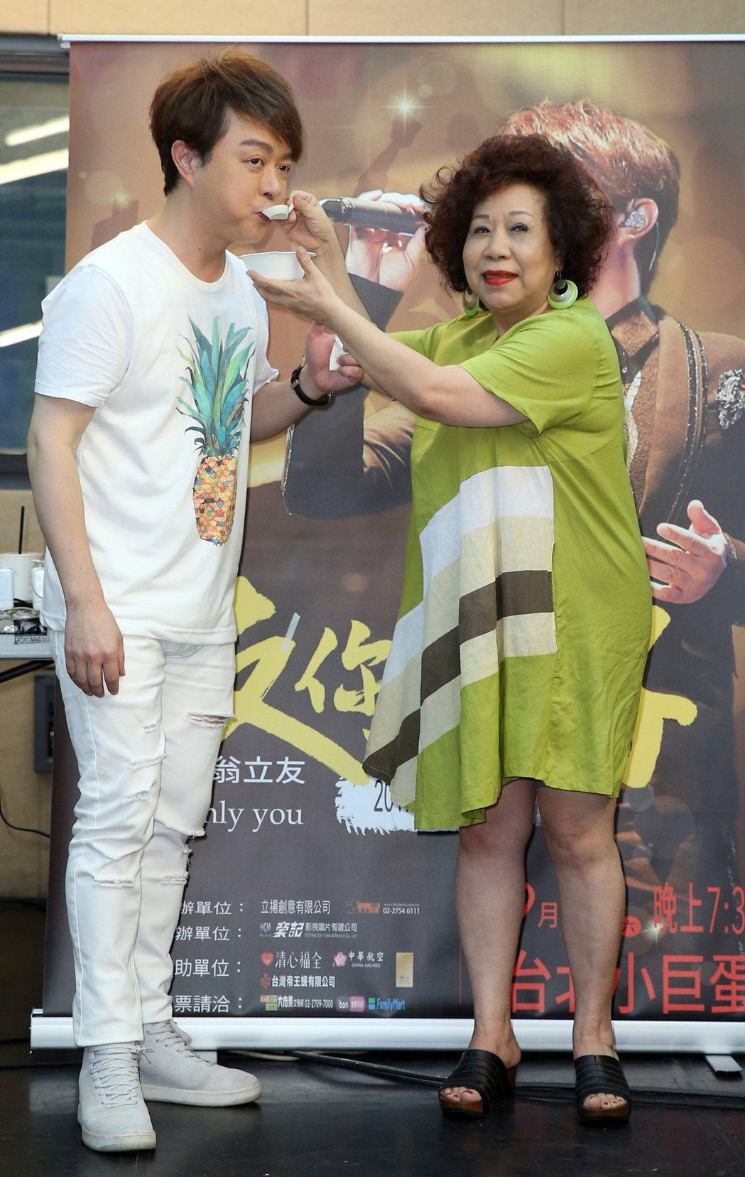 翁立友(左)演唱會將於9月在小巨蛋舉行,15日進行練唱彩排,兩性專家黃越綏(右)...