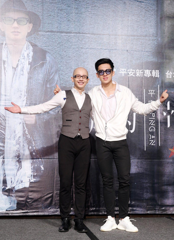 高凌風的兒子寶弟(右)以特別來賓身分出席平安(左)的新專輯《未知的幸福》發片記者...
