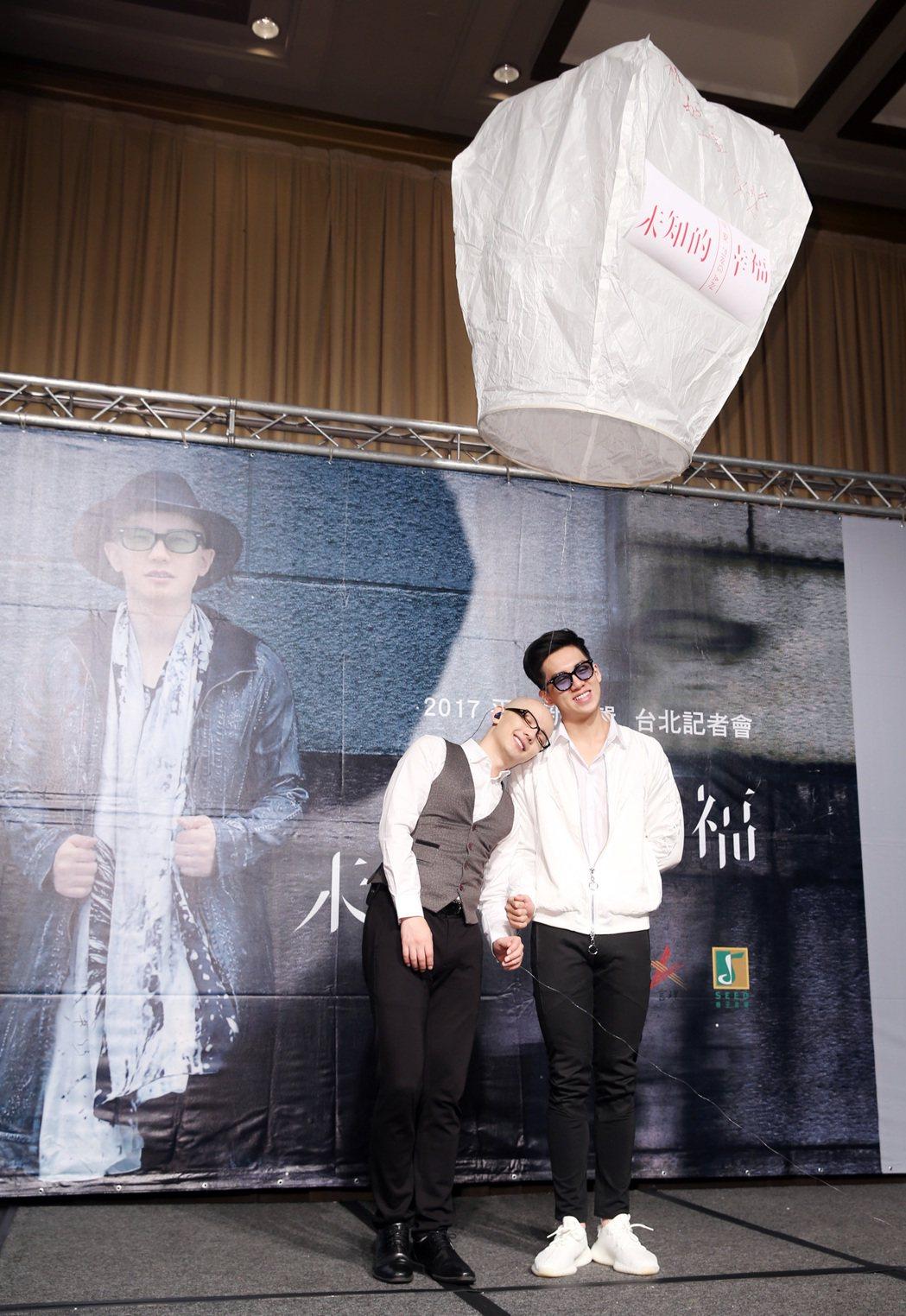 高凌風的兒子寶弟(右)以特別來賓身分出席平安(左)的新專輯《未知的幸福》發片記者