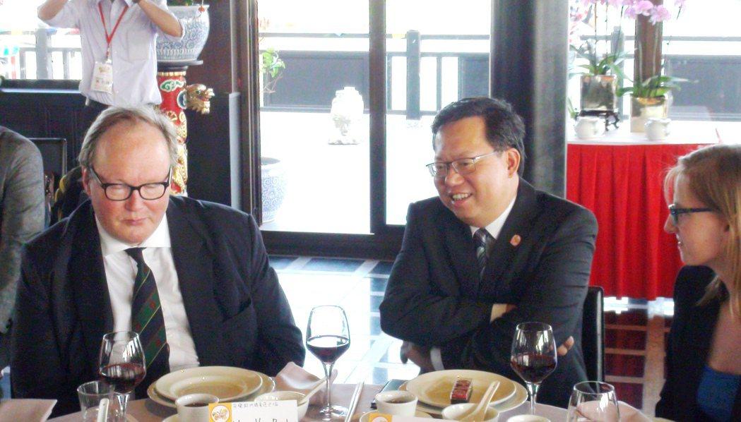 桃園市長鄭文燦(中)宴客總是談笑風生,帶動全場氣氛,沒有人會覺得被忽視。 圖/本...