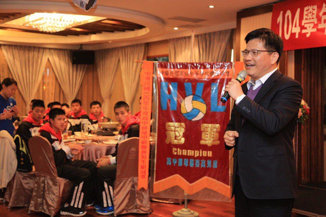 台中市長林佳龍(右)對食物要求不多,但送伴手禮堅持要用台中在地產品。 圖/台中市...