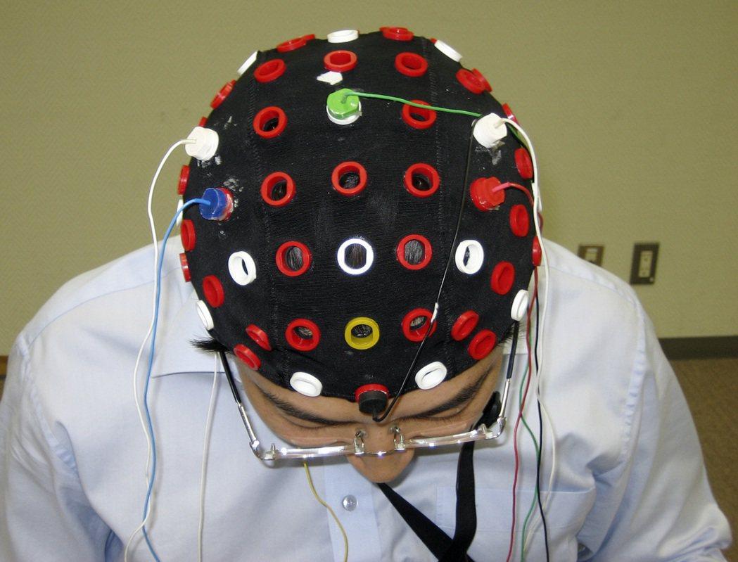 日本理化學研究所腦科學部門研發出可讀取大腦訊號的帽子。 (美聯社)