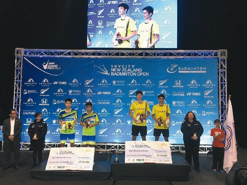 土地銀行正式隊員陳宏麟(右三)、王齊麟(右四)獲得紐西蘭羽球公開賽男子雙打第一名...