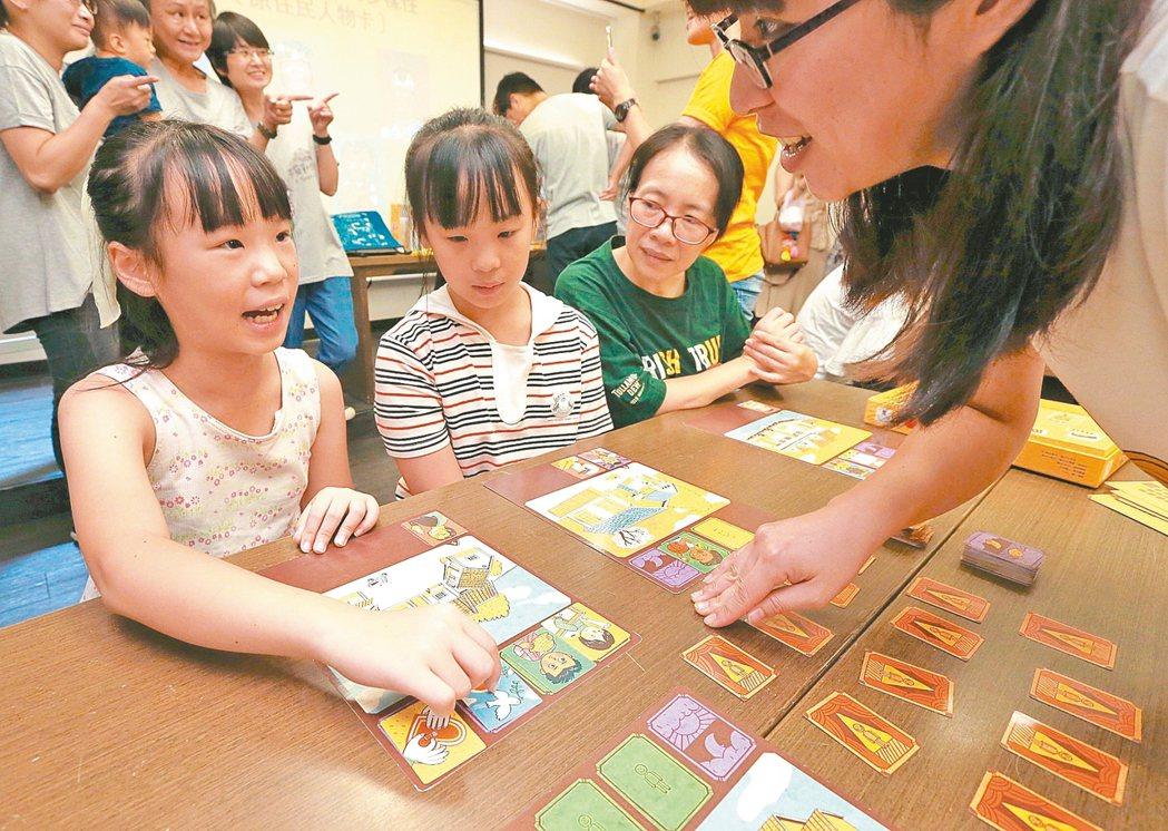 台灣性別平等教育協會上午舉辦「不簡單的生活」桌遊新品記者會,發表以台灣本土研發出...