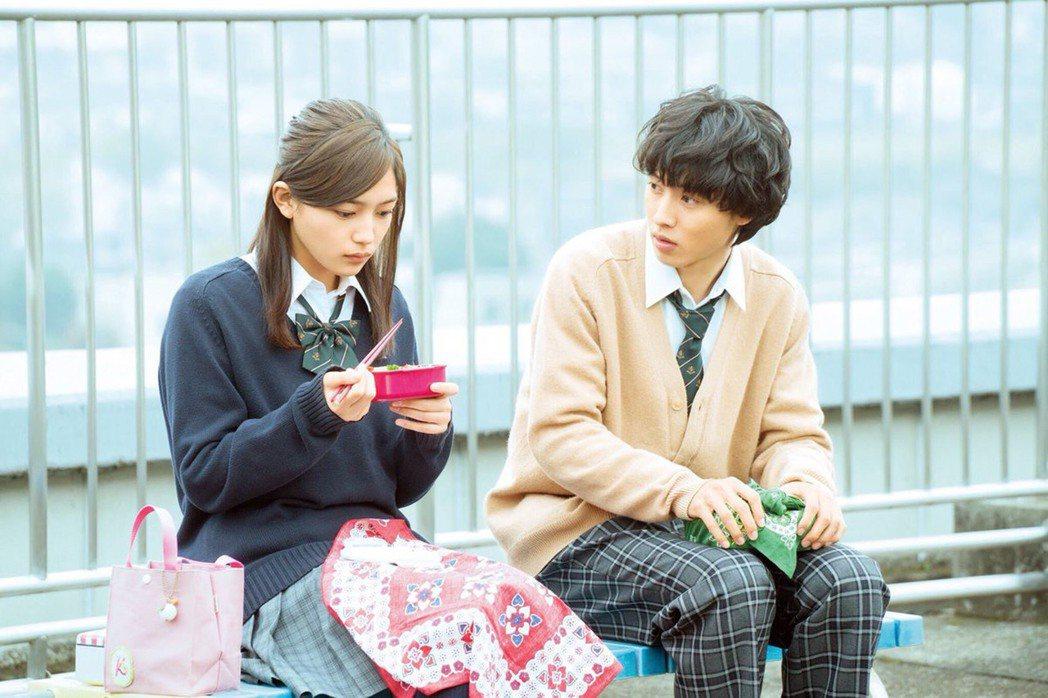 日本暢銷漫畫「一週的朋友」改編成真人電影版。由川口春奈(左)飾演的女主角香織習慣