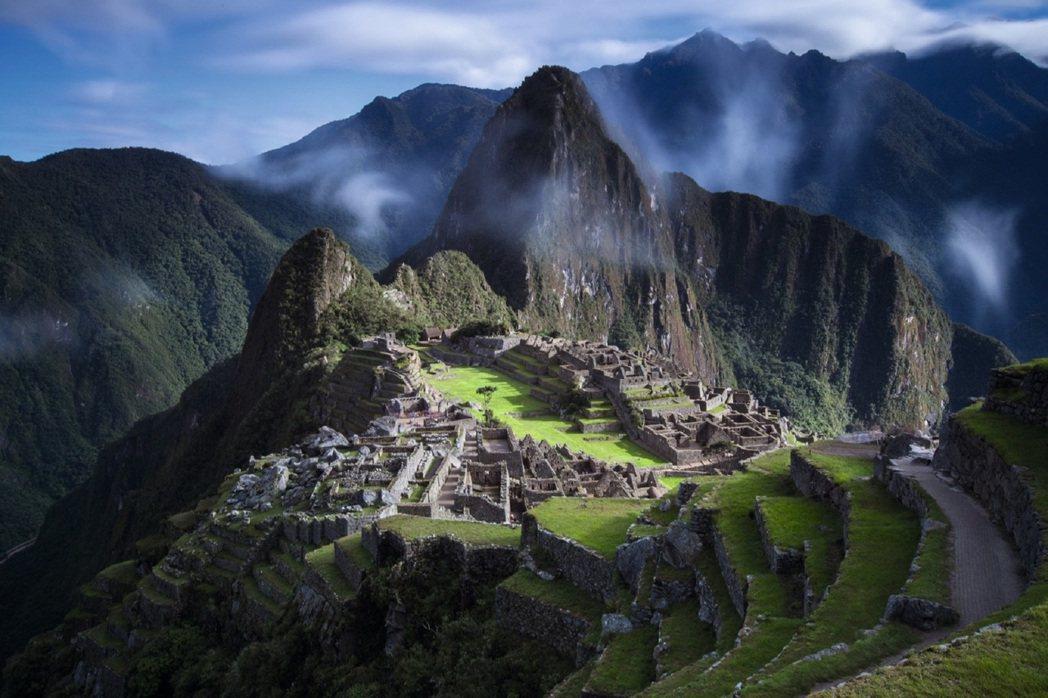 造訪座落於海拔 4,200 公尺高度、安地斯山脈峰嶺環繞的馬丘比丘(Machu Pichu)印加帝國古城。圖/Land Rover提供