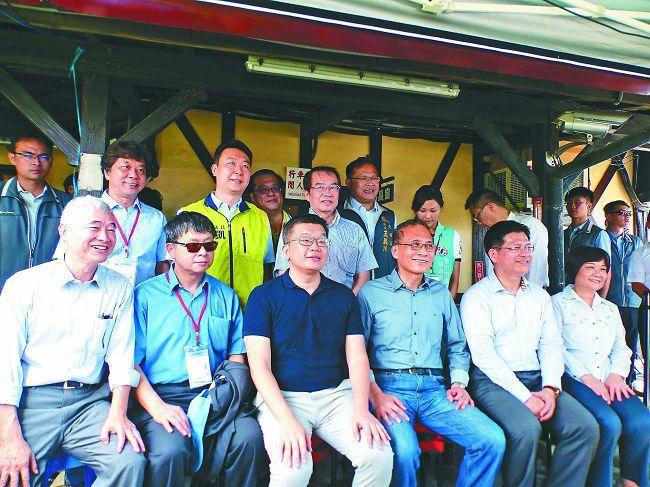 行政院長林全(前排左二)日前在台中市長林佳龍(前排右二)等人陪同下,視察台鐵成功...