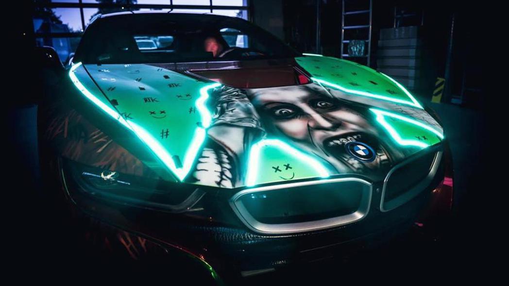 BMW的標誌剛好在Joker的嘴巴裡。 摘自Motor 1