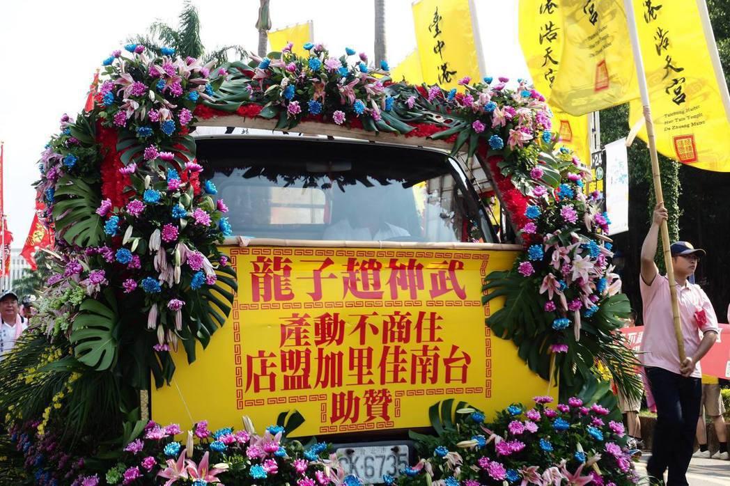 廟會使用花車,除了能表現「隆重排場」,也用於吸引民眾目光。攝自「眾神上凱道」活動現場。 攝影/許伯崧