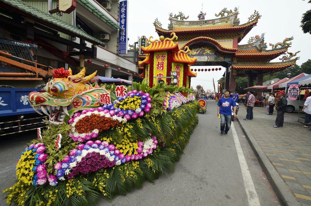 花車在臺灣民間社會,除了神明遶境出巡、進香,甚至是個人的婚喪喜慶,都相當常見。 攝影/溫宗翰