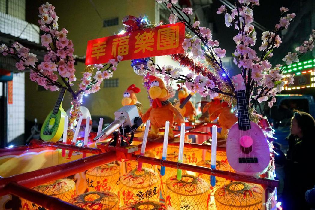 花壇元宵迎燈排,在傳統棚閣中融入民眾面對生活的現代創意。 攝影/溫宗翰