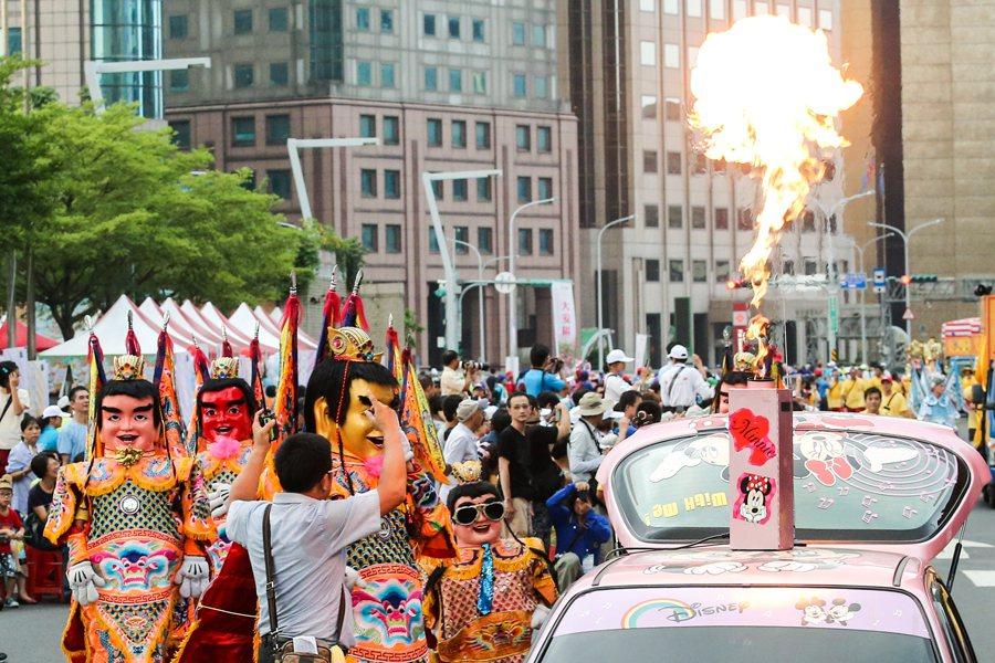 812踩街嘉年華活動,地方宮廟也共襄盛舉,蔚為熱鬧。 圖/聯合報系資料照