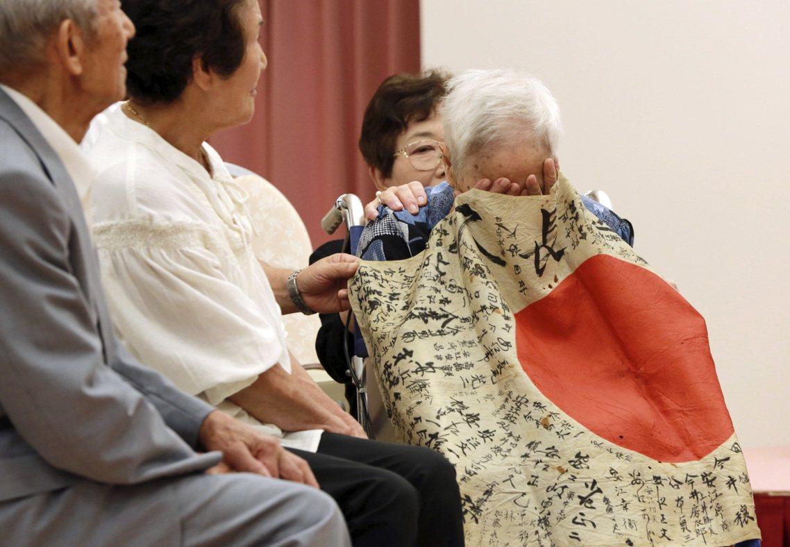 定男93歲的妹妹(中)更是在輪椅上老淚縱橫,哽咽地向斯特倫博一行人道謝。 圖/美...