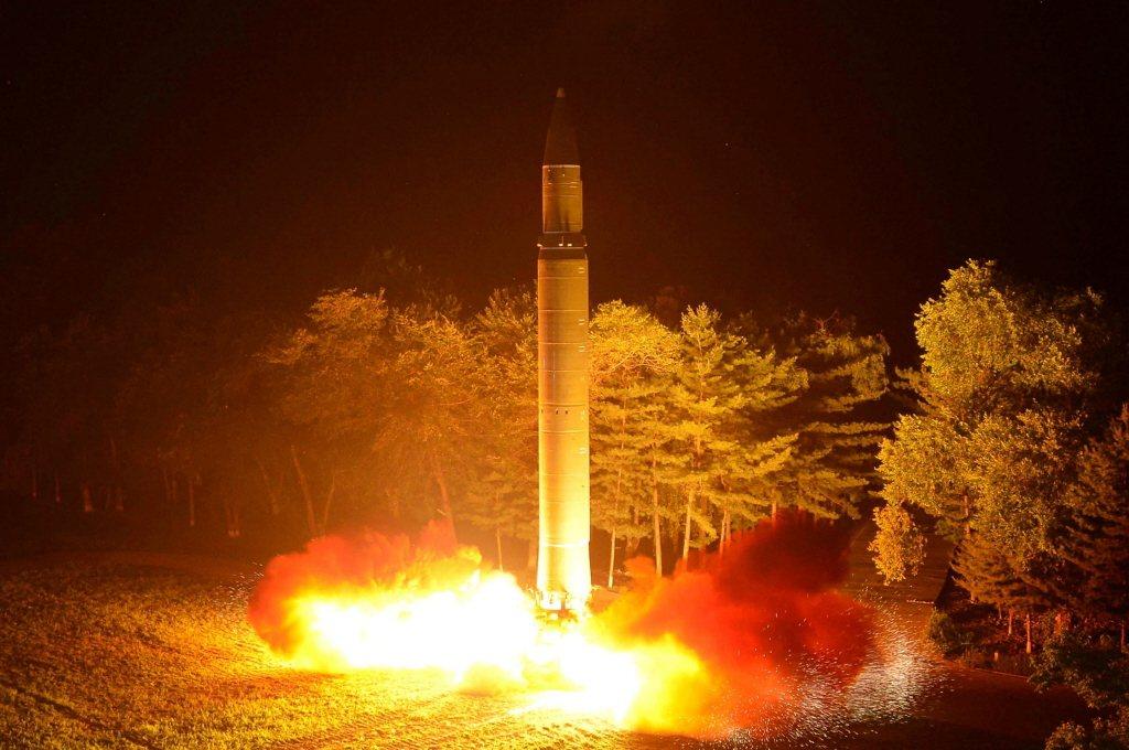 北韓於7月28日第二次試射洲際飛彈改良型「火星-14」飛彈,專家估計,如以正常角...