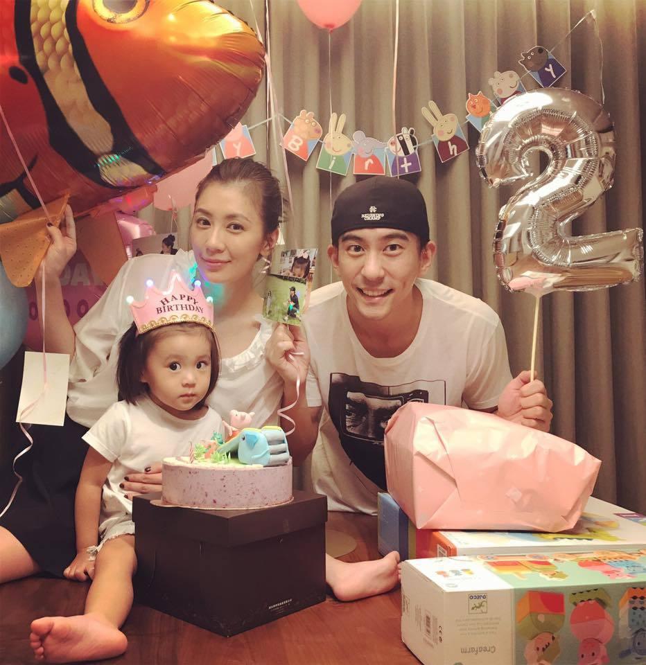 修杰楷(右)與賈靜雯為女兒咘咘慶祝2歲生日。圖/摘自臉書