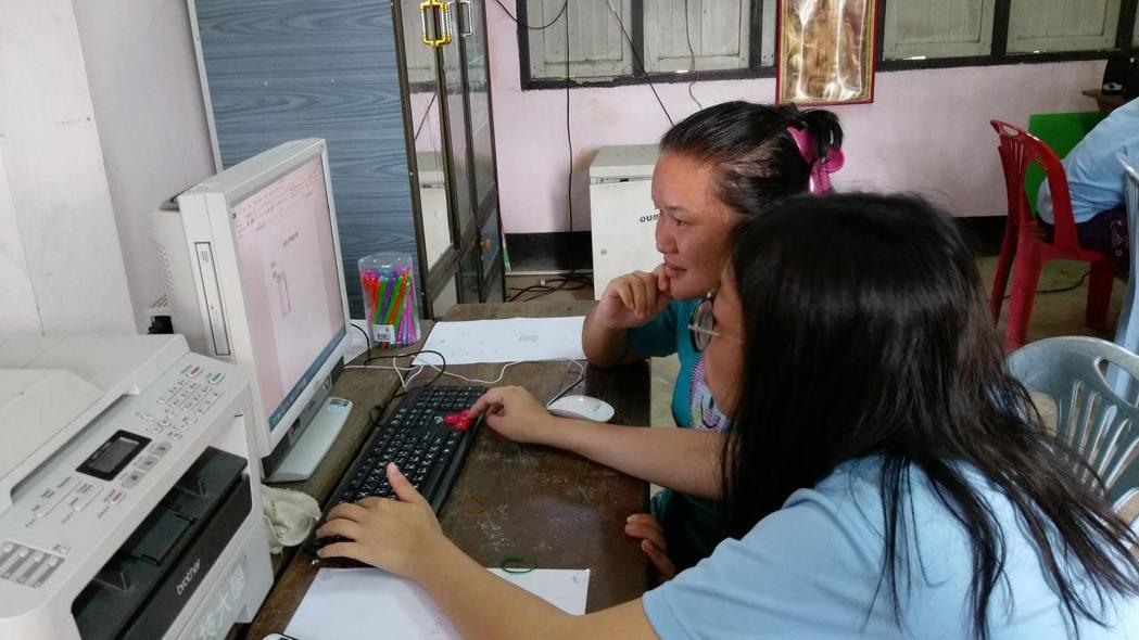 台科大學生也指導當地老師利用電腦製作教材。圖/台科大提供