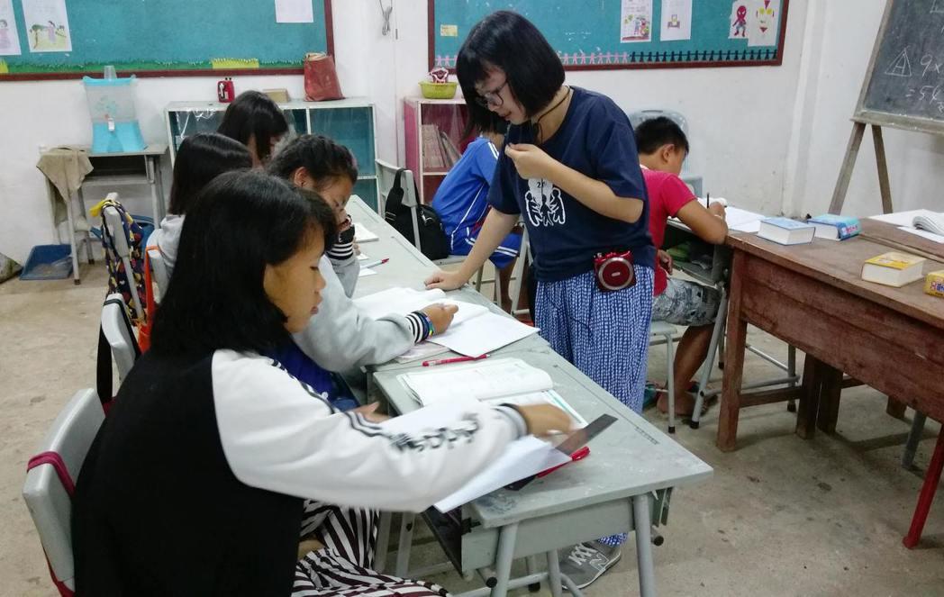 台科大學生利用暑假至泰北雲華國小教導當地學童華文。圖/台科大提供