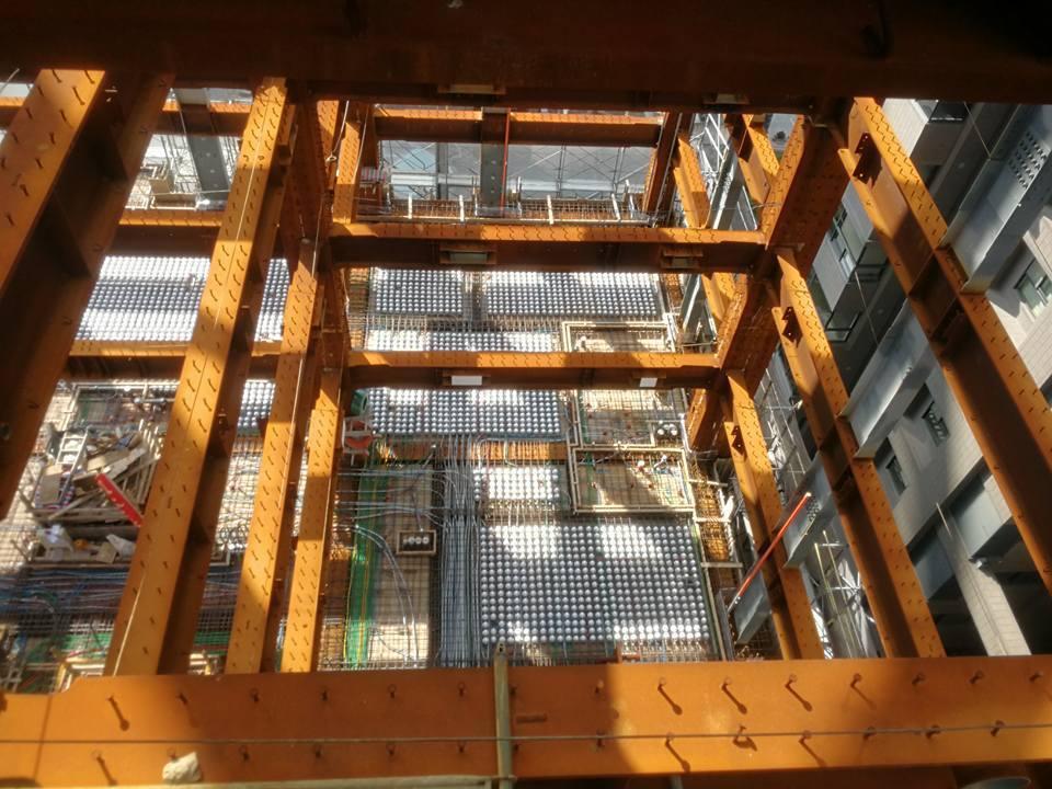 有網友貼出照片,指台中某豪宅施工時,樓地板塞入好多保麗龍球。圖/擷自爆怨公社