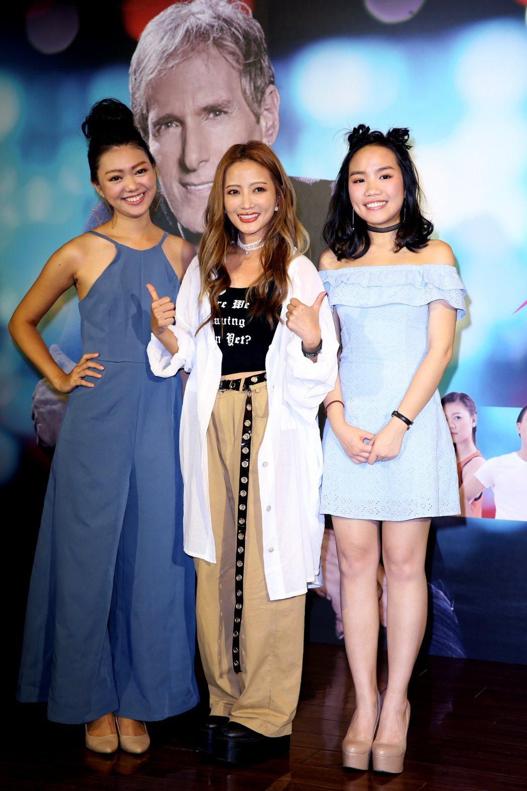 《超級星光大道》第二季的歌手黃美珍(中)下午現身記者會現場指點張粹方(右)、羅維