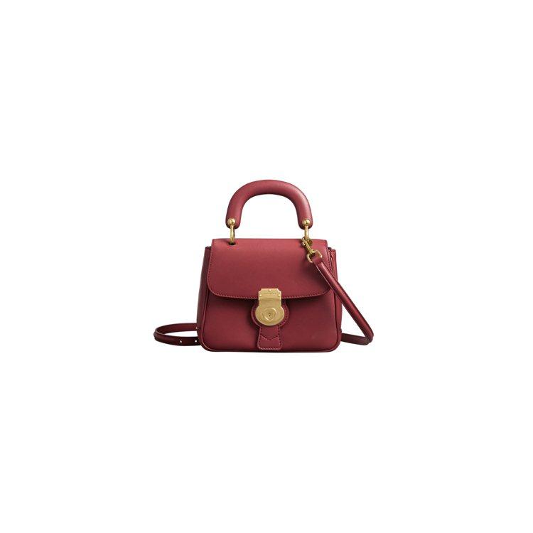 The DK88古典紅色小型提柄包,售價72,000元。圖/BURBERRY提供