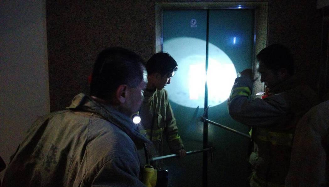 有片/基隆社區大樓停電 婦人受困電梯