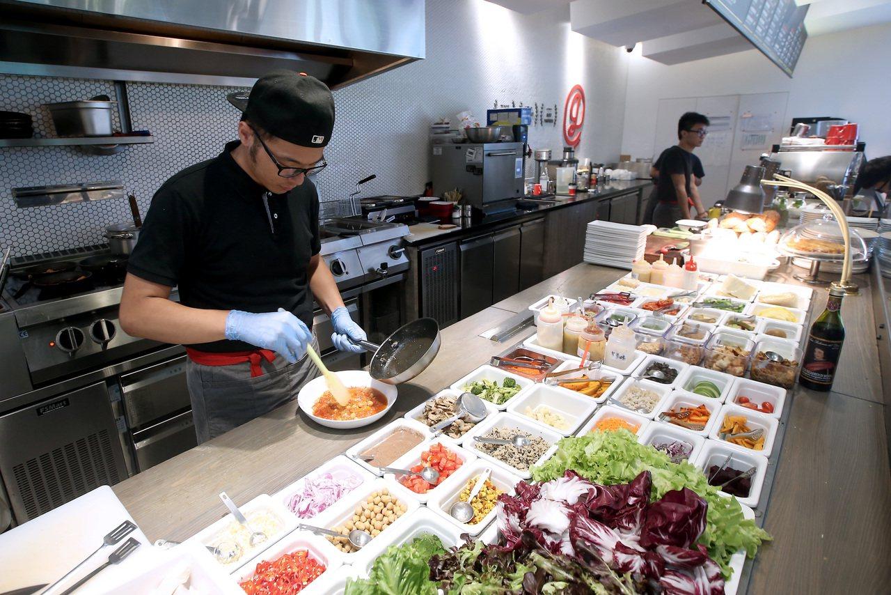 雄獅集團餐廳gonna開放式廚房。記者余承翰/攝影